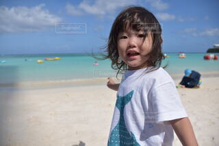 子ども,風景,海,空,屋外,ビーチ,砂浜,水面,海岸,少女,人,幼児,若い,人間の顔