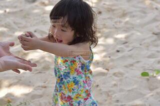 子ども,風景,屋外,砂,ビーチ,砂浜,海岸,少女,人,幼児