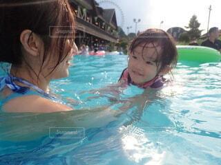 空,スポーツ,屋外,プール,水面,泳ぐ,人,赤ちゃん,幼児,スイミング プール,人間の顔