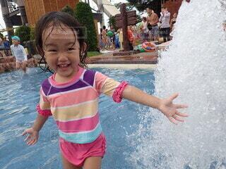 子ども,風景,屋外,ビーチ,水面,海岸,泳ぐ,少女,水中,人,笑顔,赤ちゃん,幼児,若い,マリンスポーツ,人間の顔