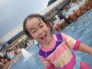 風景,空,水面,泳ぐ,少女,人,笑顔,赤ちゃん,幼児,スイミング プール,人間の顔