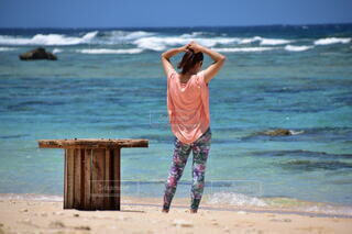 女性,自然,風景,海,空,屋外,砂浜,水面,海岸,人,ショートパンツ