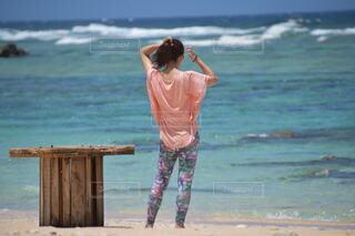 空,屋外,砂浜,水面,海岸,少女,人,ショートパンツ