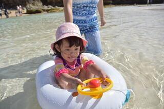 風景,ビーチ,水面,泳ぐ,人,赤ちゃん,幼児,少年,いかだ,プラスチック,少し,人間の顔,日よけ帽