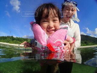 海で遊ぶ子供の写真・画像素材[4092758]
