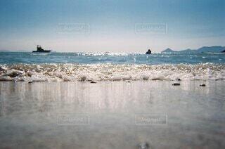 自然,風景,海,空,夏,海水浴,屋外,砂,ビーチ,青,波打ち際,船,水面,海岸,夏休み,フィルムカメラ,涙