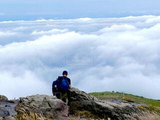 男性,自然,空,屋外,雲,山,丘,岩,人物,人,ハイキング,ハイキング機器