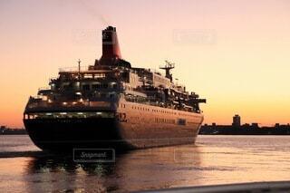 風景,海,夕暮れ,船,港,sunset,旅立ち,別れ,タイタニック,海洋,大型客船,船出