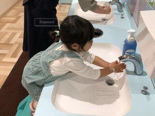 子ども,女子,女の子,少女,人,シンク,手洗い,コロナ対策