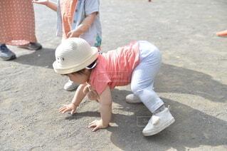 公園,屋外,女の子,少女,人,立つ,赤ちゃん,幼児,頑張る,外遊び,負けない,転んだ,泣かない,起き上がる