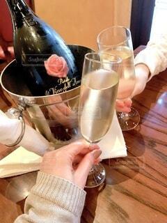 冬,屋内,レストラン,乾杯,女子会,ワイングラス,スパークリングワイン,ワインボトル