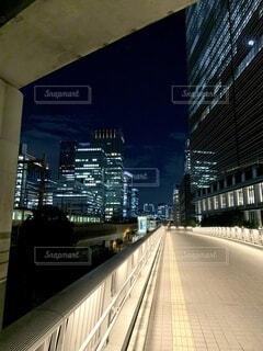 建物,夜,夜景,電車,青,都市,高架下,タワー,都会,高層ビル,歩道,ダウンタウン,眠らない街,街頭