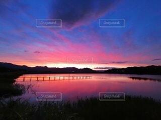 自然,風景,空,夕日,絶景,屋外,湖,赤,雲,水,夕暮れ,幻想的,水面,水辺,池,田舎,反射,日没,旅,黄昏,夕焼,染まる,貯水池