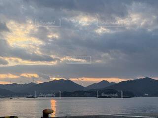 自然,風景,海,空,朝日,雲,水面,風車,山,加工なし,ありのまま,島フォト
