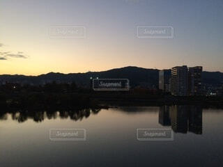 自然,風景,空,屋外,夕暮れ,川,水面,山,反射,光,グラデーション