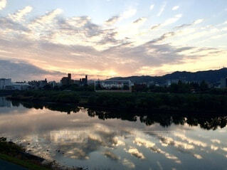 自然,風景,空,屋外,雲,夕暮れ,川,水面,反射,オレンジ,日の出,グラデーション,くもり,コントラスト,陰影