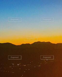 青空と夕焼けのコントラストの写真・画像素材[956515]