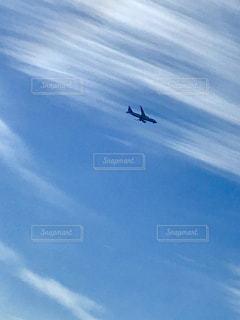 流れる雲と飛行機の写真・画像素材[1104937]
