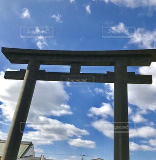 青い空と白い雲に負けない鳥居の写真・画像素材[1107866]