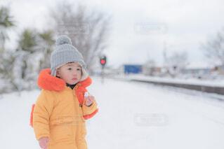電車を待つ子供の写真・画像素材[4053582]