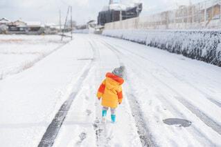 雪道を歩く子供の写真・画像素材[4053655]