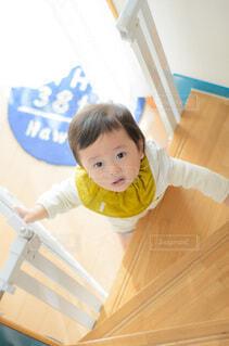立ち上がる子供の写真・画像素材[4055618]