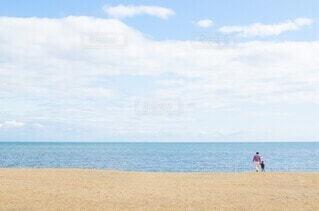 海に向かう親子の写真・画像素材[4055620]