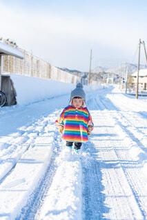 雪道を歩く子供の写真・画像素材[4065191]