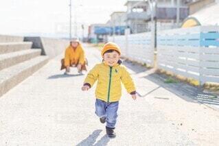 駆けよってくる子供の写真・画像素材[4127642]