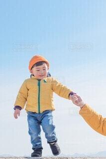 手を繋いで歩く子供の写真・画像素材[4130580]