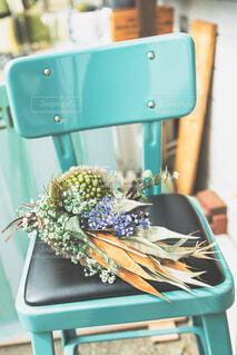 椅子の上にブーケの写真・画像素材[4224965]