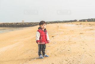 砂浜に立つ子供の写真・画像素材[4263938]