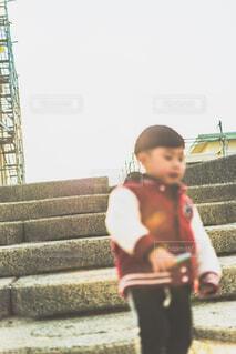 階段の子供の写真・画像素材[4270587]