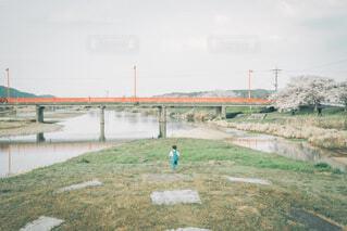 駆け出す男の子の写真・画像素材[4340775]