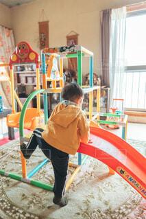 滑り台と子供の写真・画像素材[4435833]