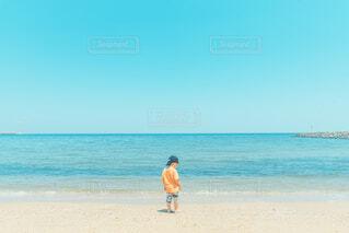 海と空と子供の写真・画像素材[4544648]