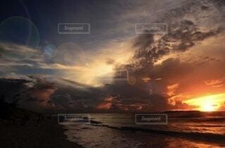 自然,風景,海,空,屋外,太陽,ビーチ,夕焼け,夕暮れ,暗い,水面,影,光,夕陽,日の出,くもり,日の入