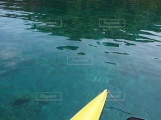 水の体の隣にあるプールの写真・画像素材[4051680]