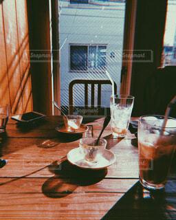 テーブルの上に座っているワインのグラスの写真・画像素材[4052153]