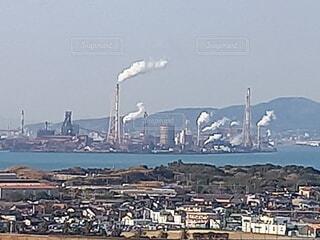 海,空,建物,屋外,船,水面,工場,山,家,煙,煙突,日中