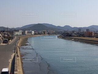風景,空,街並み,屋外,船,川,水面,山,景色,家,川面
