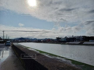 空,街並み,屋外,太陽,雲,船,川,水面,河口,車両,日中