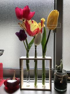 テーブルの上に花の花瓶の写真・画像素材[4175953]