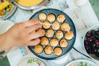 テーブルの上に食べ物を1杯入れるの写真・画像素材[4190549]