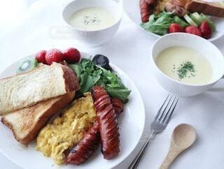 食べ物の皿をテーブルの上に置くの写真・画像素材[4406942]