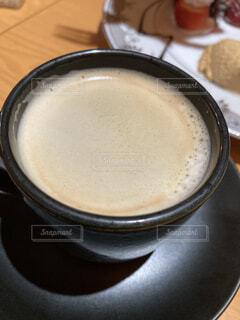 食べ物,コーヒー,食事,朝食,屋内,テーブル,皿,カップ,カプチーノ,エスプレッソ,カフェオレ,ドリンク,ラテ,コーヒー牛乳,カフェイン,飲料,ホワイトコーヒー,酪農,マキアート,フォーム,ペストリー,コーヒー カップ,受け皿