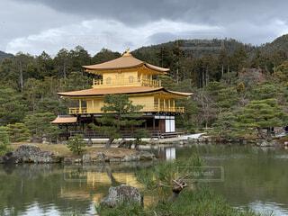金閣寺を背景に水域に入った小さな家の写真・画像素材[4081241]