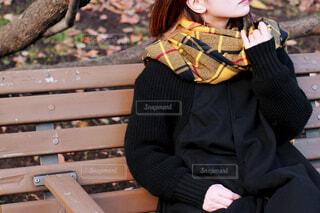 ベンチに座る女性の写真・画像素材[4270077]