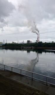 空,屋外,湖,雲,川,水面,工場,煙,グレー,煙突,灰色,工業地帯,環境,日中,工業,サステナブル,環境に悪い