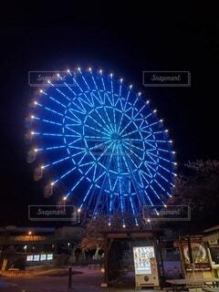 夜にライトアップされた高い建物の写真・画像素材[4316329]